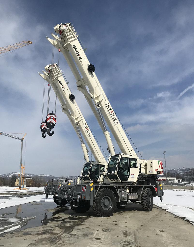 Macaralele Grove RT550E pentru teren accidentat, la lucru în industria petrochimică